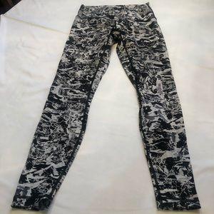 Lululemon Work Out Pant - Black/White Size 8.